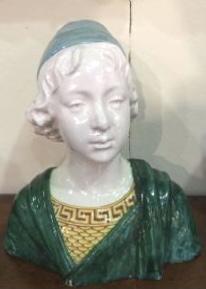 Busto em faiança policromada com figura de um menino renascentista. Fabricado por Angelo Minghetti. Bolonha