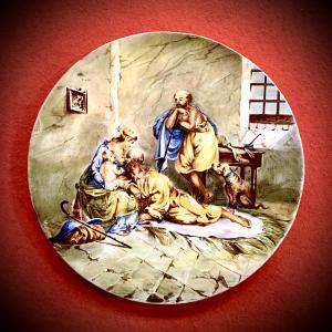 Prato de majólica com decoração historiada representando a cena de 'Susanna e os Anciãos'. Fabricação de Ferniani, Faenza.