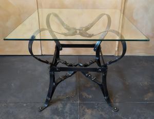 Tavolino quadrato design a cinghie in ferro battuto - top vetro