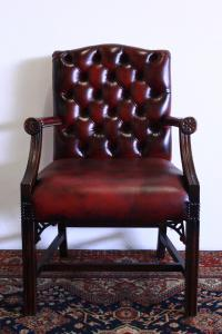 Poltrona director Chesterfield originale Made in UK, in pelle bordeaux.