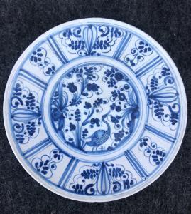 """Plato con canal en azul monocromo con decoración """"caligráfica"""", Manifattura di Torino."""