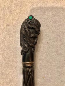 Ebenholzstab mit Knauf, der einen Tintenfisch darstellt. In Ebenholz geschnitzt.