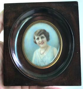 Miniatura su avorio raffigurante figura femminile.Firma e data :R.Thomas 1932.