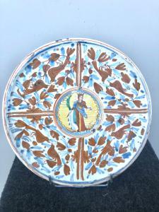 Majolika steht mit einer kalligraphisch-naturalistischen Dekoration mit der Figur des Heiligen Deruta