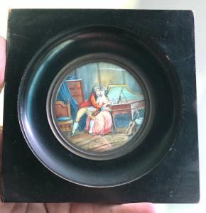 Miniatura de marfil que representa una escena galante.