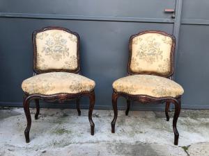 一对软垫椅子
