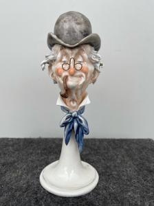 Escultura de porcelana policromada que representa la cabeza de un hombre con sombrero y pipa.Giuseppe Cappe '.