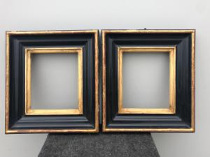 Pareja de marcos en madera tallada, ebonizada y dorada.