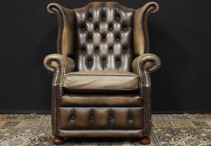Poltrona Chesterfield modello Queen Anne originale inglese in pelle marrone chiaro