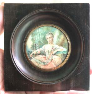 Miniatura de marfil que representa una figura femenina con flores.
