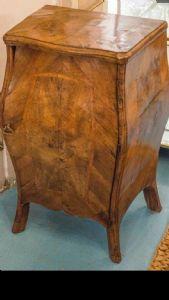 Favoloso mobiletto in legno di noce e radica di noce mosso sul fronte e nei fianchi LOMBARDIA XVIII SECOLO