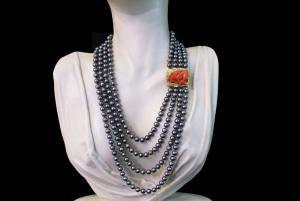 Collana perle grigie e fermezza di corallo rosso
