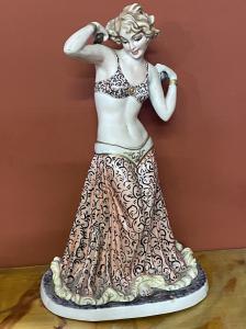 porcelana grande que representa a una niña