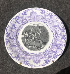 Töpferwareplatte mit der Abziehbilddekoration, die Zirkusszene darstellt Sarregumines, Frankreich.