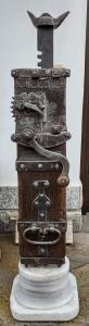 Magnífico gato de castaño y hierro con fecha de 1870