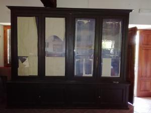 Grande e funzionale libreria in legno laccato a 4 sportelli con vetri soffiati e 4 sportelli sotto, completamente smontabile