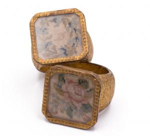 Portatovaglioli neoclassici in legno dorato con ricamo a piccolo punto