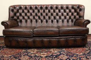 Sofá original de tres plazas Chesterfield en cuero marrón rojizo