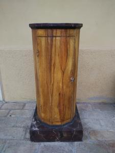 Mobile a colonna del XIX secolo laccato