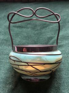 Переливающаяся стеклянная ваза с металлическими деталями в стиле модерн. Приписывается мануфактуре Loetz (без подписи).