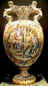 Vaso de majólica grande com encaixes laterais em forma de harpias e decoração rafaelesa e grotesca. Medalhão central com cena historiada com personagens. Cantagalli, Florença.