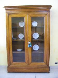Elegant Louis Philippe style bookcase. 159 l (with frame) x 37 p (without frame) x 227 h.