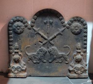 p209 - cast iron fireplace plate with lions, mis. cm83 xh 77