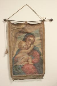 Estandarte decorativo en aleación de metal y tela de la Virgen con el niño Jesús