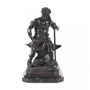 Escultura de bronze representando ferreiro