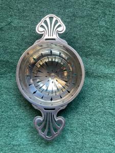 Colìno da the in argento traforato con motivi geometrici art nouveau.Senza punzone.