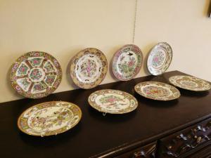 Lotto di 8 piatti in porcellana policroma, Cina, epoca fine XIX secolo.