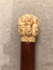 Stick mit Elfenbein-Knopf mit Masken der Commedia dell'arte.Japan.