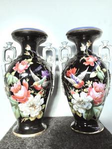 Coppia di vasi biansati in porcellana policroma con scene floreali e uccellini.Manifattura Ginori Doccia.