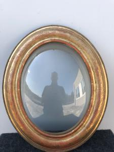 Geschnitzter Holzrahmen mit Blatt- und Blattgoldmotiven. Gewölbtes Glas. Louis Philippe-Zeit.