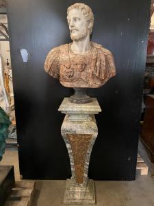 Pareja de busto y columnas en mármol. Bustos 70x90h columnas 40x40x110h