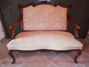 Elegante divano a 2 posti in noce finemente intagliato, con schienale mobile, Venezia metà del XVIII secolo