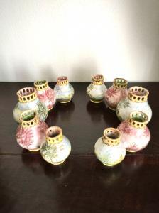 Peça central composta por duas séries de potes globulares com bordas vazadas decoradas com paisagens. Manufatura de Bolonha de Minghetti.