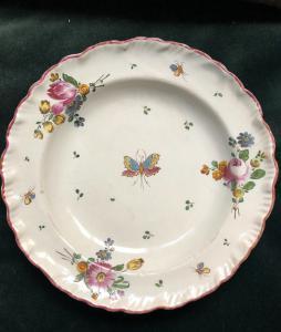 Piatto in maiolica a decoro floreale e farfalla,manifattura di Geminiano Cozzi.Venezia.
