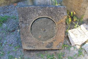 Tombino in pietra