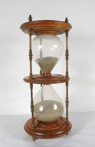 Gran reloj de arena, en el norte de Italia, de principios del siglo XX.