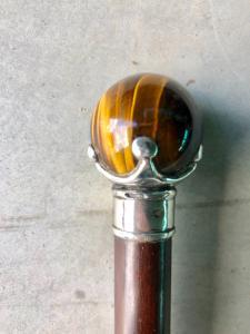 Bastone con pomolo in pietra dura 'occhio di tugre'e argento.Canna in palissandro.