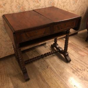 带皮带的小桌子