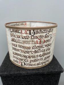 Пергаментный абажур из антифонных листов.