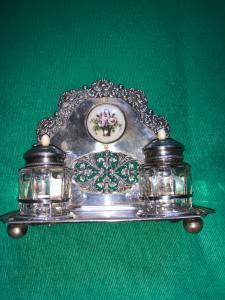 Calamaio in argento sbalzato e traforato con motivi  e gettalo stilizzati e tondo in smalto.Austria 1832.