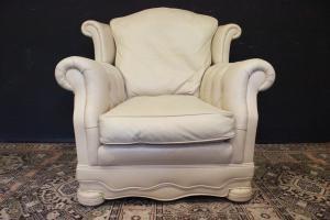Poltrona Chesterfield modello Dellbrook in pelle bianco crème