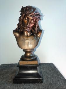 Busto de Cristo de bronce sobre una base de piedra pizarra.Italia
