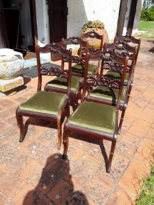 精制的托斯卡纳制造的六把华丽的红木椅子保证了法律条款