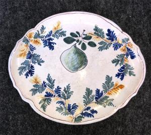 Alzata in maiolica con decoro floreale e pera.Manifattura di Pavia.