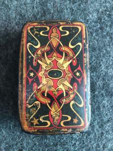 Pappmaché-Schnupftabakdose mit esoterischen Symbolen.