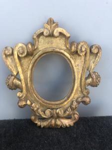 geschnitzter und vergoldeter Holzrahmen mit Rocaille-Dekoration. Verzeichniszeit.
